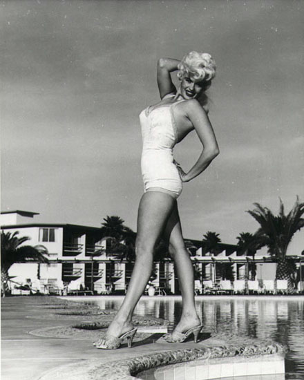 Jayne Mansfield - Posing am Pool